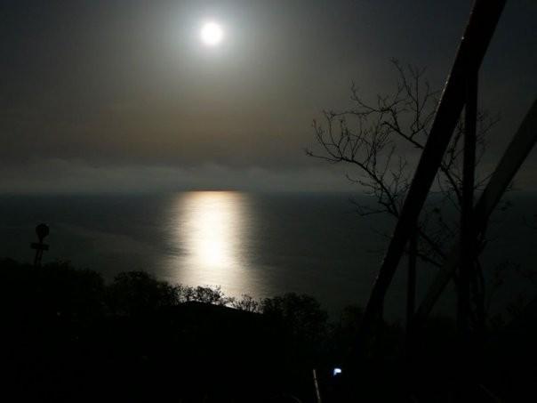 2017-04-23 23:09:21: Красивий такий місяченько, фоткали рівно в 00:00