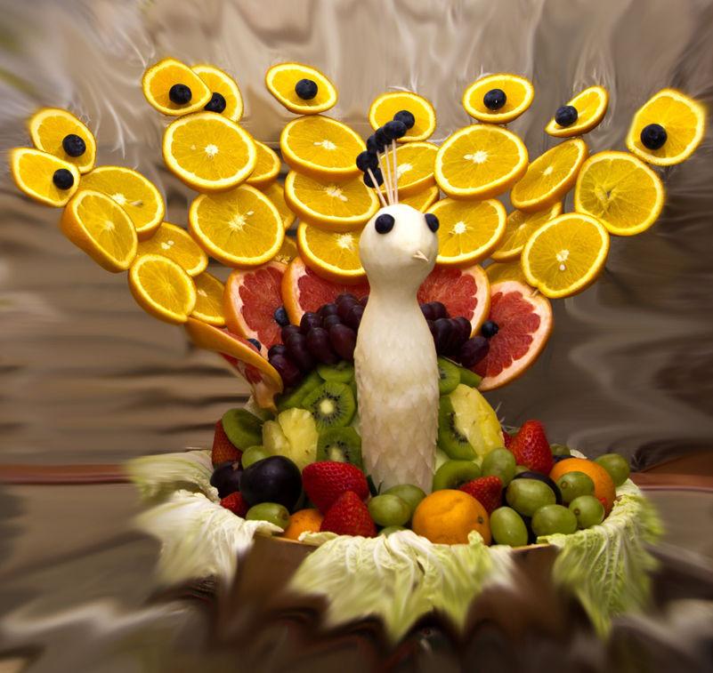 Как сделать павлин из фруктов 4